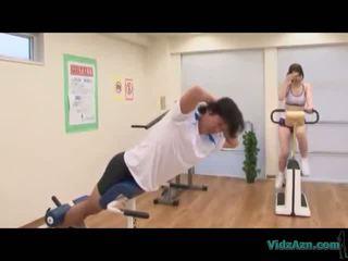 Asiatiskapojke flicka i träning klänning giving avrunkning licking cum från kuk på den mattress i den gym