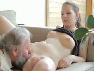 Καυλωμένος/η γριά άνθρωπος fucks son's φιλενάδα