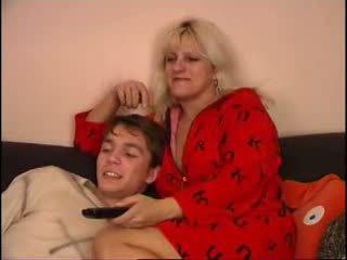 Μαμά και γιός κοιτώντας τηλεόραση επί καναπές