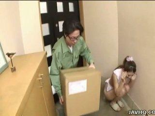 Søt japansk tenåring tvang til blowjob