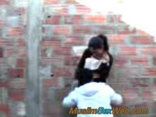 Арабски момиче прецака на открито