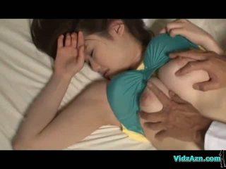 巨乳 女孩 睡眠 乳頭 sucked 的陰戶 licked 和 性交 上 該 mattress 在 該 室