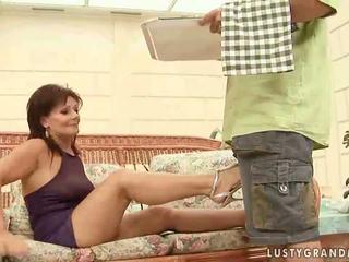 Nxehtë gjyshja enjoying e ndyrë seks