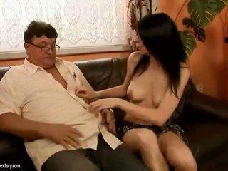 Šťastný starý otec fucks príťažlivé dievča
