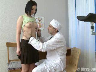 Gynecologist spreads adoleshencë këmbë në karrige