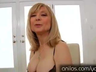 Cachonda madura abuelita nina hartley masturbándose