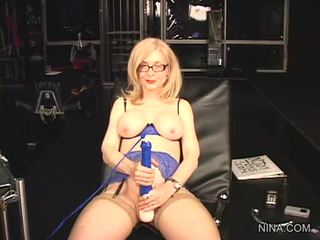 Nina hartley pleasures her cookie with this sikiş tool