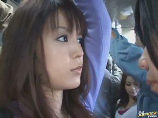 치마 업 샷 의 a 귀여운 중국의 에 a crowded 버스
