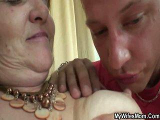 Oud dame forces jong jongen en neuken