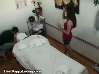 А прекрасен корейски масаж therapist doing а ръчна работа