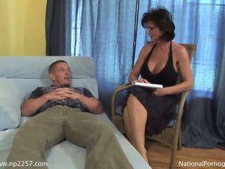 Prsnaté milfka shags s ju mladý nadržané pacient