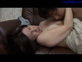 Érett nő getting neki szőrös punci fingered által guy tovább a kanapé -ban a sitting szoba