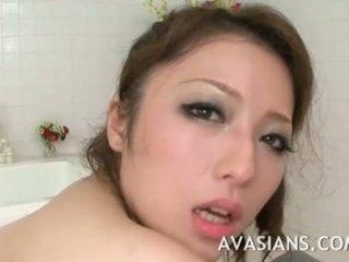 Rondborstig japans mam likes het diep in de badkamer