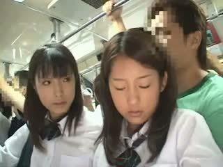 Two schoolgirls famlet i en buss