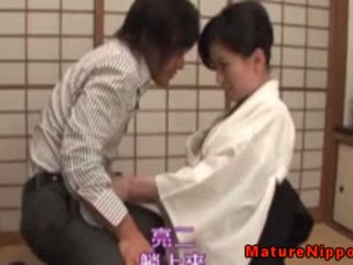 Insatiable japans rijpere giving hoofd