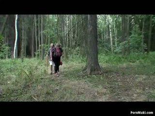 Rondborstig oma having plezier in de bos