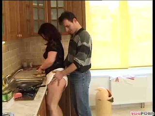 Brünett mesi gets a cooking lesson 1/5