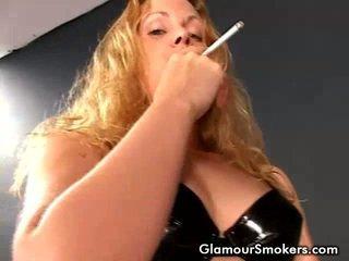 Bionda miele fumare imponente e rubbing suo seni grossi