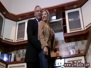 Boneka menanggalkan pakaian di itu dapur