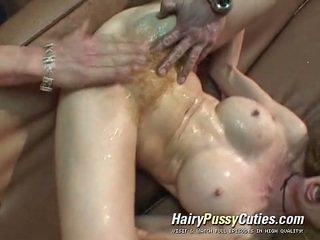 Lanuginous scarlet testa has un dose di exploitation di suo squirting rasato bearded clam da un tattooed uomo