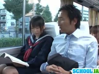 Adolescenta gives an sub fusta lovitură și sucks îl de pe pe o tren