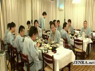 जपानीस नग्न sushi preparation दुर्लभ पीछे the दृश्यों
