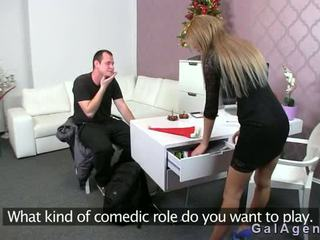 Female agent gets samenerguss auf sie bein aus guy auf talentsuche