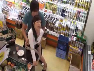 Hva er den navn av den siste jente? hot asiatisk tenåring offentlig amatør sex i butikken