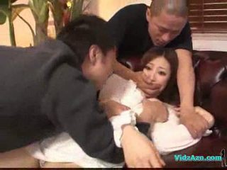 Asiatique fille en blanc robe getting son seins rubbed chatte lèche