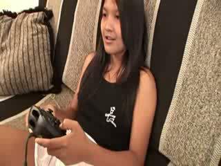 मेरे थाई चिक खेलने वीडियो गेम नग्न