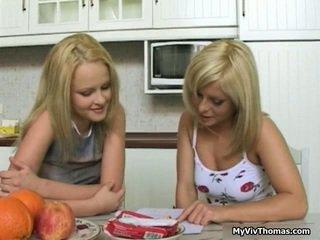 Nadržané chutné blondýna lezbické babes bozkávanie