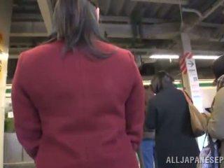 Ázijské bábika appreciates dicklicking a shagging v a verejnosť autobus