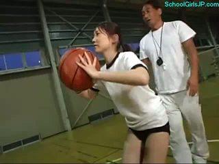 Schulmädchen im ausbildung kleid fingered von die trainer auf die basketball ausbildung