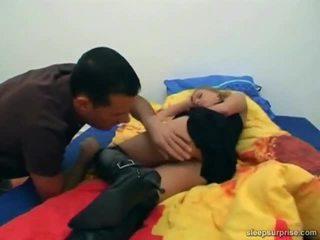 Bambola trapanata dentro suo sonno