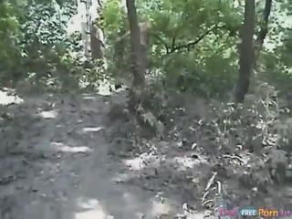 Tania has a doggykuvatyylin quickie sisään the metsä