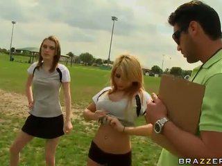 Голям titted блондинки футбол плейър madison ivy using тя цици към бъде captain