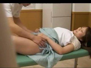Pechugona adolescente japonesa