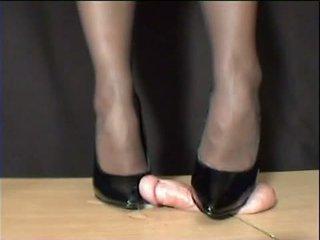 Paní arletta crushed v černý stilettos