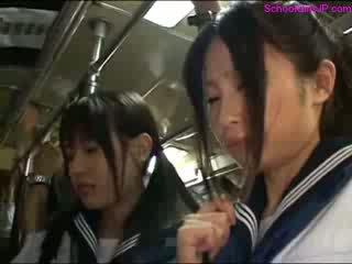 여학생 getting 그녀의 바보 rubbed 고양이 fingered 동안 standing 에 그만큼 버스
