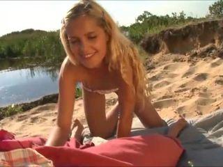 oskyldiga amatör teen, avsugning, strand