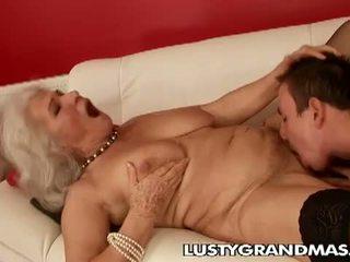 Lusty grandmas: gjyshja norma kurvë ende loves qirje