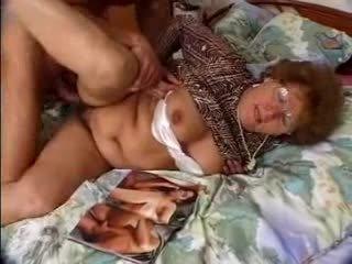 Μαλλιαρό γιαγιά catches grandson jacking