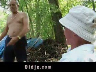 Oldman disciplines युवा गर्ल साथ उसके पुराना डिक
