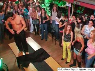Sexy prunci dansand pe petrecere video