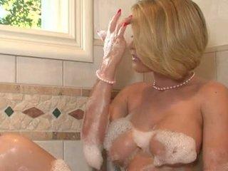 Lascivious 孩兒 krissy lynn pleasures 她的 twat iwth 她的 fingers 在 該 浴室 tub
