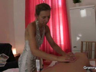 Gammal masseuse gets henne hårig snatch pounded