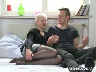 Echtes Paar zeigt wie sie Sex haben! Gefilmt bei Ersties