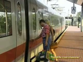他媽的 在 該 火車