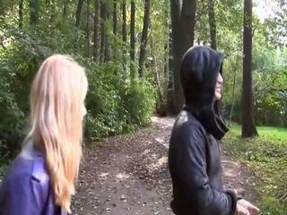 Blond hawt gal alasti sisse park