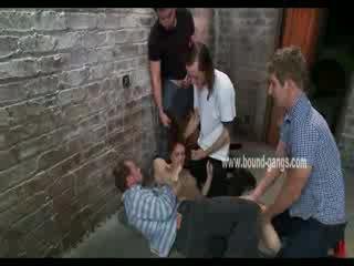 Marrom haired e submissa boneca gets brutally handled por um bunch de hooters men